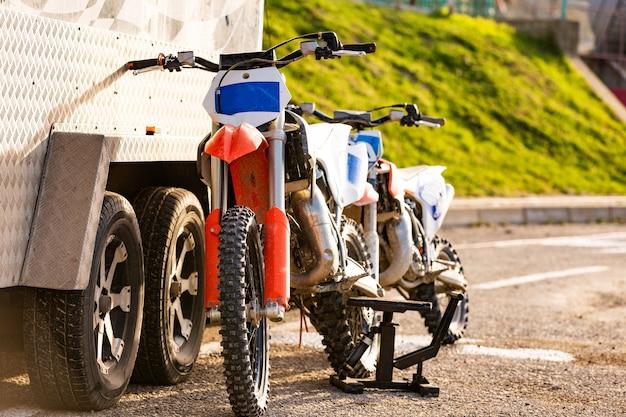 駐車場での山のオフロードバイク