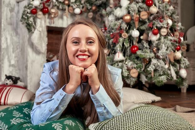 クリスマスの前夜に美しい若い女性
