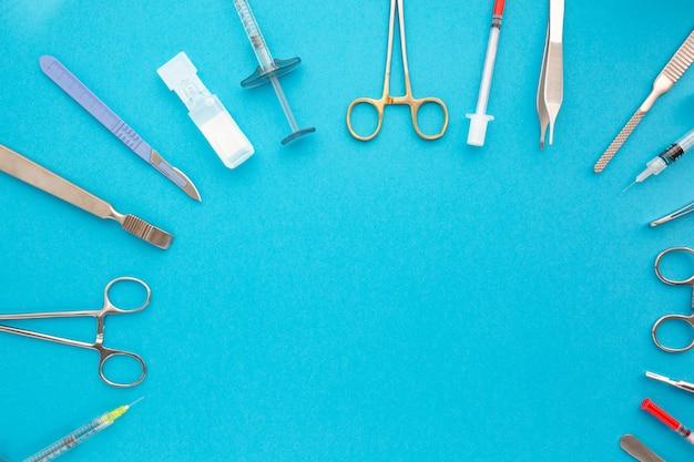 青の背景に医療機器のフラットレイアウト。医療医学的背景を模擬します。