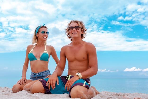 Портрет молодой пары в любви на пляже и наслаждаясь время вместе. молодая пара весело на песчаном берегу.