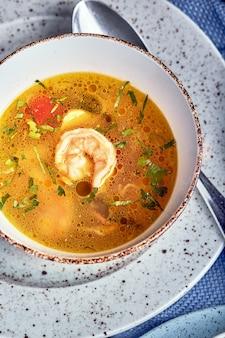 プレートに入った健康食品のセット。カフェ-スープとサラダを出されたテーブルの上に食べ物のセット。木製の背景に。コピースペース。