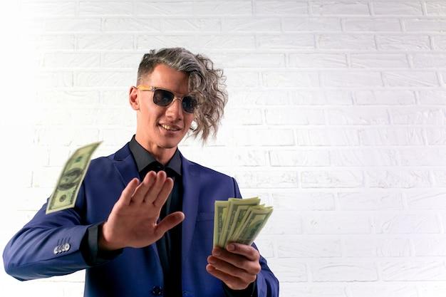 お金を投げる実業家