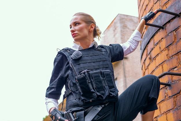 強力な女性持株銃。戦争アクション映画スタイル