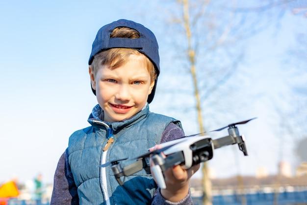 Мальчик играет со своим квадрокоптером