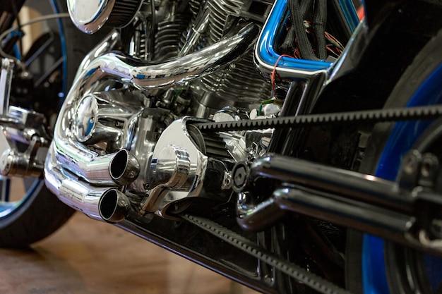 エンジンは美しく、カスタムメイドのオートバイのショットを閉じる