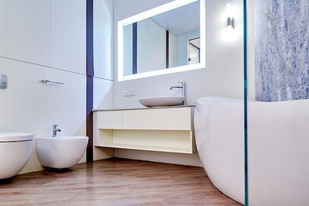 美しいインテリアのモダンなバスルーム。インテリアアーキテクチャ