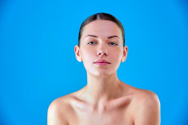 Красота женское лицо портрет. красивая модель спа девушка с идеальной свежей чистой кожей. брюнетка женская и улыбающаяся. концепция ухода за молодежью и кожей.
