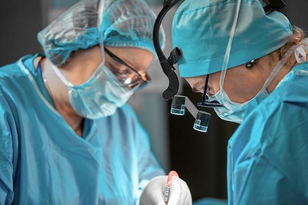 手術室の外科医チーム、肖像画のクローズアップ。現代の手術、整形手術。美容業界