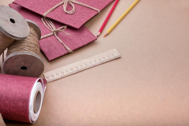 Подарочная упаковка на розовый. набор предметов для подарочного оформления. вид плоской планировки