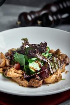Плоские лежаки из говяжьих щек для барбекю со свежим салатом, помидорами, огурцами