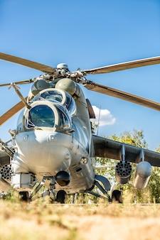 軍事演習中に軍用ヘリコプターが地面に着陸