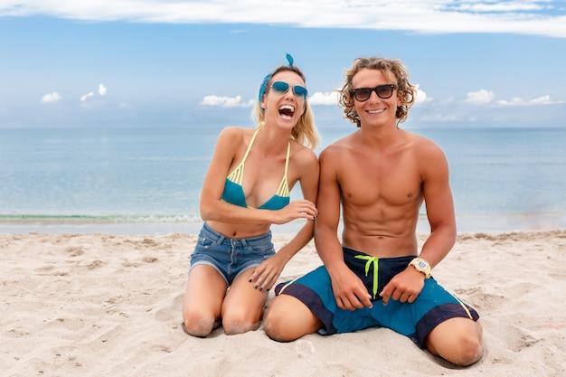 Портрет молодой пары в любви на пляже и наслаждаясь время быть вместе. молодая пара весело на песчаном берегу.