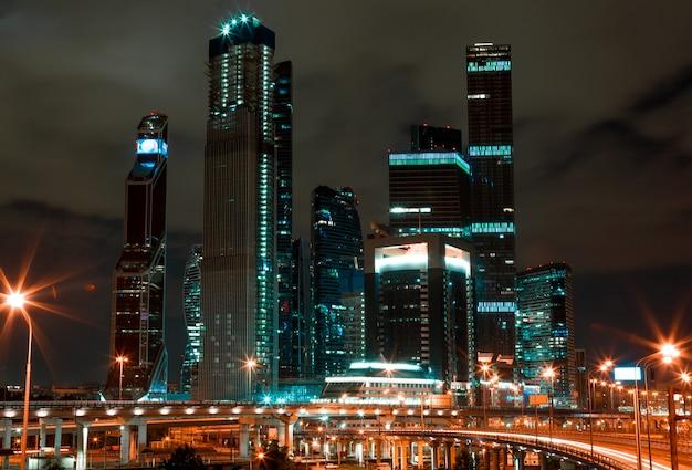 夜景のモダンなビジネスセンター