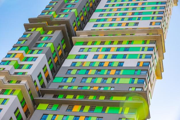Фасад новых жилых высотных зданий на фоне неба