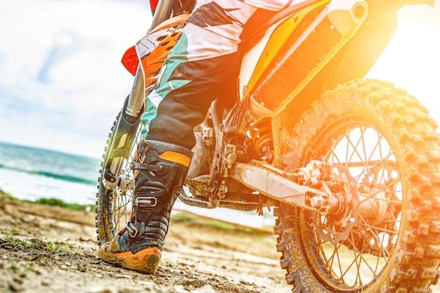Спортивный мотоцикл на обочине дороги. байкер готов к запуску