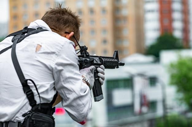 銃を保持している強力な男。戦争アクション映画スタイル