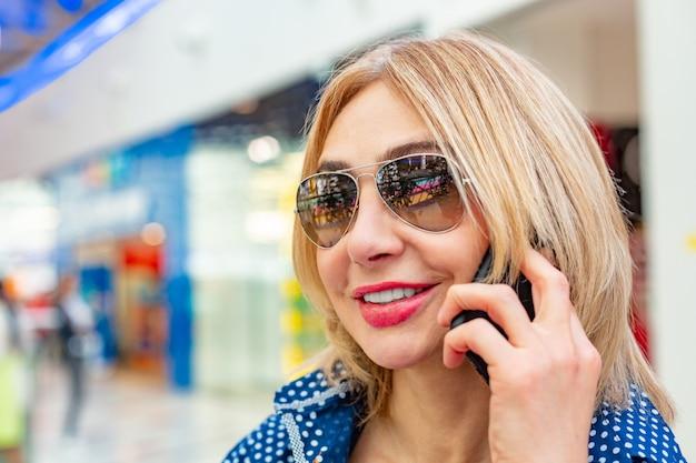 Мода торговый девушка портрет. красота женщины в торговом центре. покупатель. продажи.