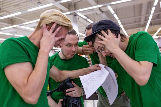 チームは原稿を読んで、台本にショックを受けました。舞台裏。