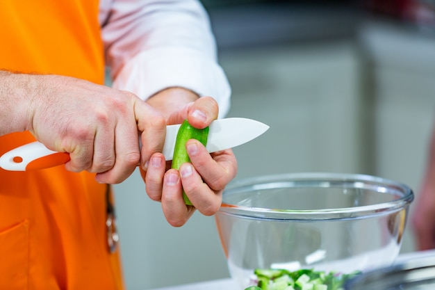 キッチンの準備:シェフがサラダを準備します