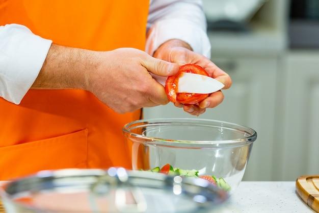 Приготовление кухни: шеф-повар готовит салат