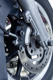 道路上のビンテージバイクの駐車場のクローズアップ。
