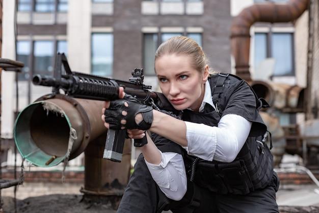 Мощная женщина, держащая пистолет