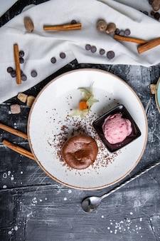 白いプレート上のチョコレート溶岩ケーキ