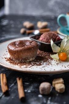 Шоколадный лавовый торт на белой тарелке