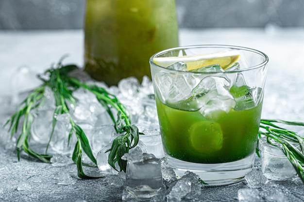 エストラゴンレモネード。さわやかな夏の飲み物。氷と柑橘類のスライスと新鮮なクールなレモネードタラゴン。