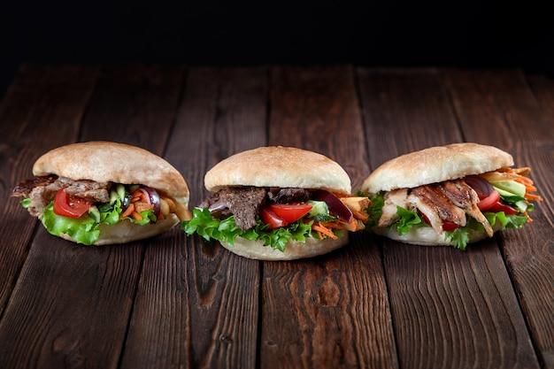 木製の背景にケバブサンドイッチ