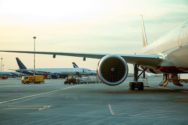 日光の下で飛行機のエンジン
