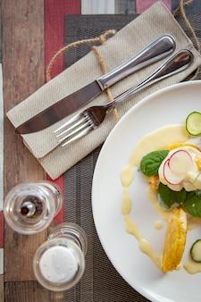 本物のグルメのためのおいしいベネディクトを備えた健康的な朝食用食品