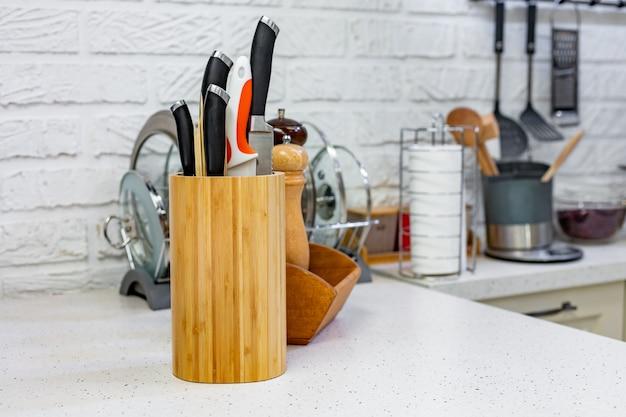 スパイスジャー付きの特別な木製スタンドの包丁