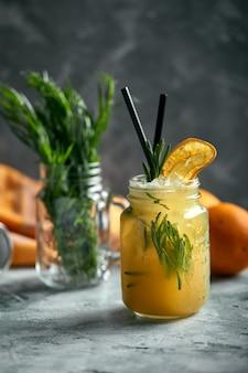 さわやかな夏の飲み物。成分:タラゴン、レモン、ソーダ、砂糖。タラゴンとレモネード。本物のカクテルワークスペース。フードコンセプト、フードスタイル、