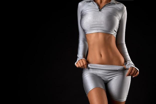 Крупным планом сексуальная женщина расслабиться тело без лица, снимая одежду