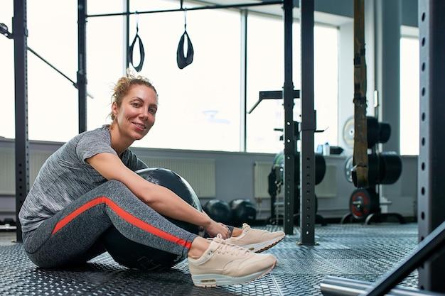 女性のフィットネスジムクラスでアブスと演習を行います。コア腹部の筋肉を引き付ける。女性の健康的なライフスタイルのイメージコンセプト。