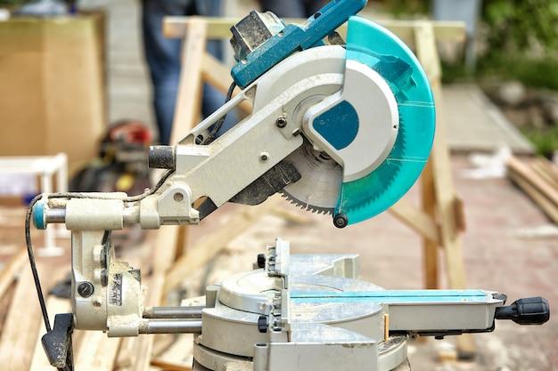 建設現場でのレーザー丸鋸のクローズアップ。製品の家と庭と生産。構築ツール。