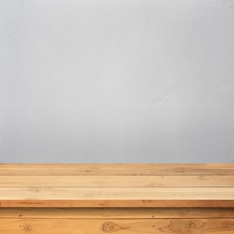 Деревянный пол с бетонной стеной
