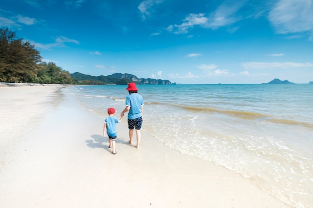 ビーチでのお母さんと息子の海と青空