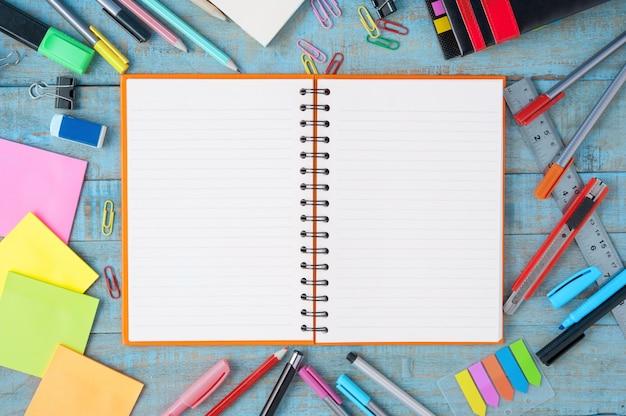 Бумага для ноутбуков и школьные или офисные инструменты на старинном деревянном столе