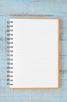 青い木のテーブルのノート