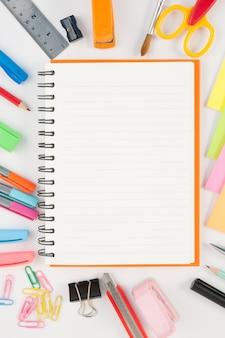 ノートブック、学校やオフィスツール、白い背景に