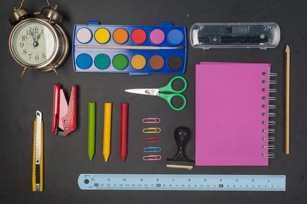 Образовательные школьные инструменты на черном фоне
