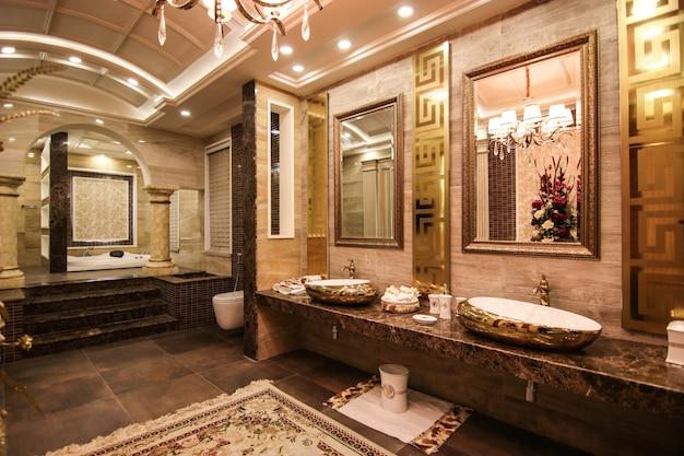 バスタブ付きのクラシックなデザインの洗面所