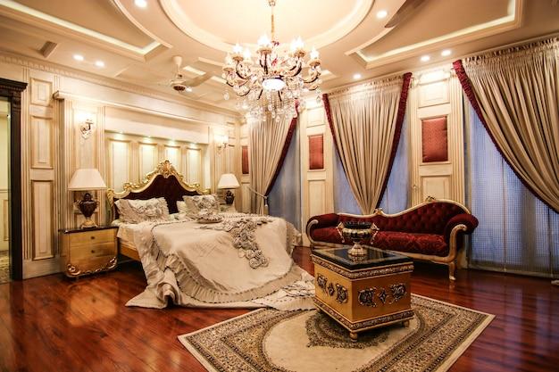 Красная королевская роскошная спальня с кроватью