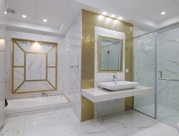 新しい白いモダンなデザインの洗面所