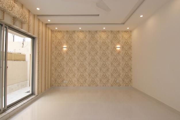 壁紙と空の寝室
