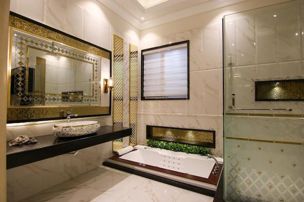ホットタブ付きのモダンなデザインの洗面所