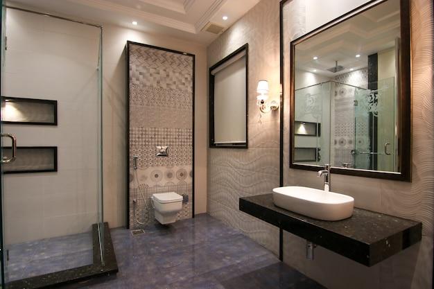 最新のモダンなデザインの洗面所
