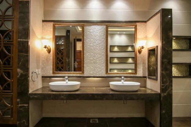 モダンなデザインの洗面所